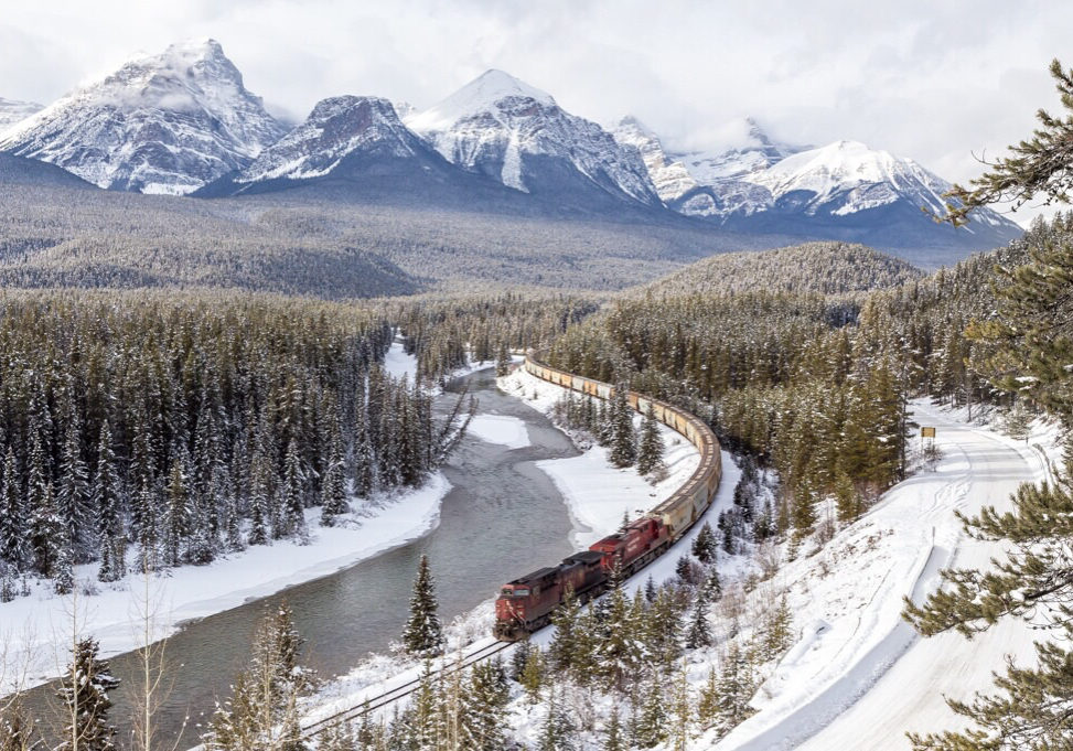 a-canadian-pacific-train-travels-east-passed-world-famous-morants-curve-near-lake-louise-alberta_t20_6y84rO